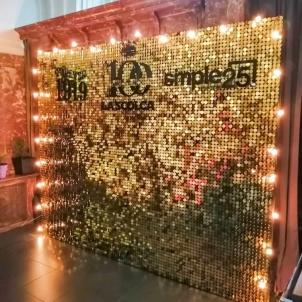 Золотая фотозона с пайетками и подсветкой-min.jpg