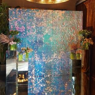 Серебряная фотозона с декором цветами-min.jpg