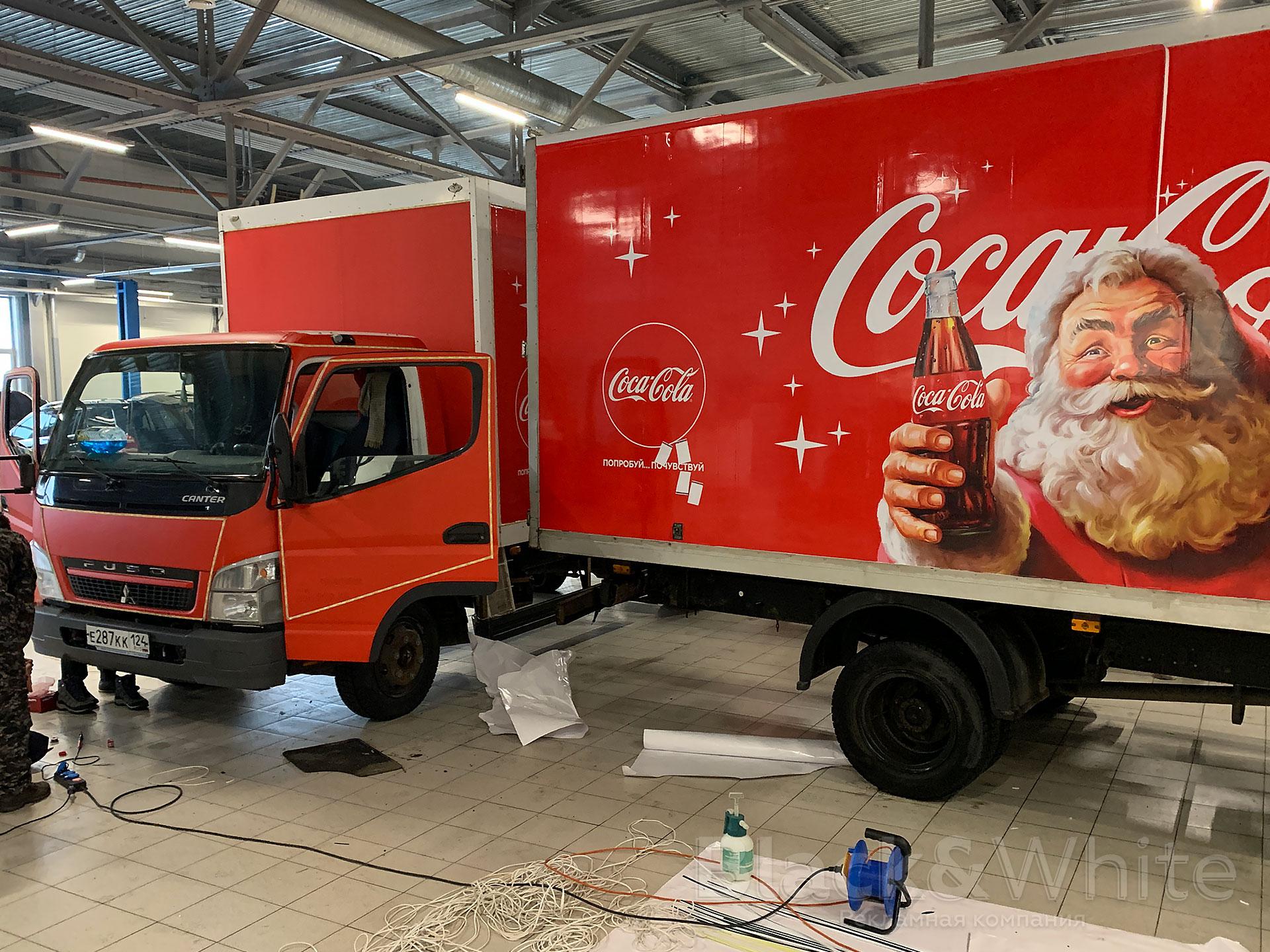 Брендирование-и-оклейка-грузовика-coca-cola-brendirovanie-gruzovyix-avtomobilej-новогоднее-украшение-автомобиля-Black&White....jpg