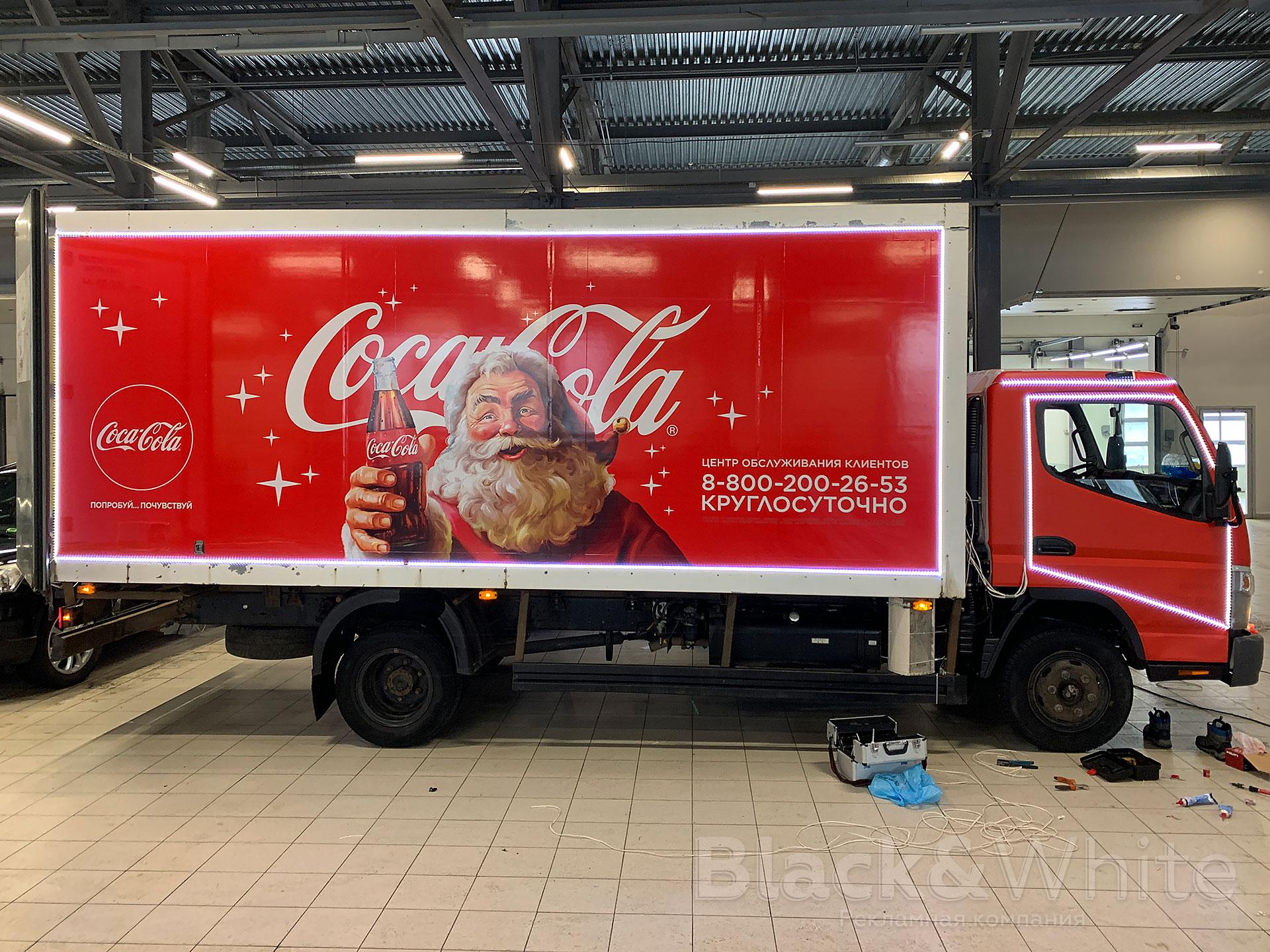 Брендирование-и-оклейка-грузовика-coca-cola-brendirovanie-gruzovyix-avtomobilej-новогоднее-украшение-автомобиля-Black&White.jpg